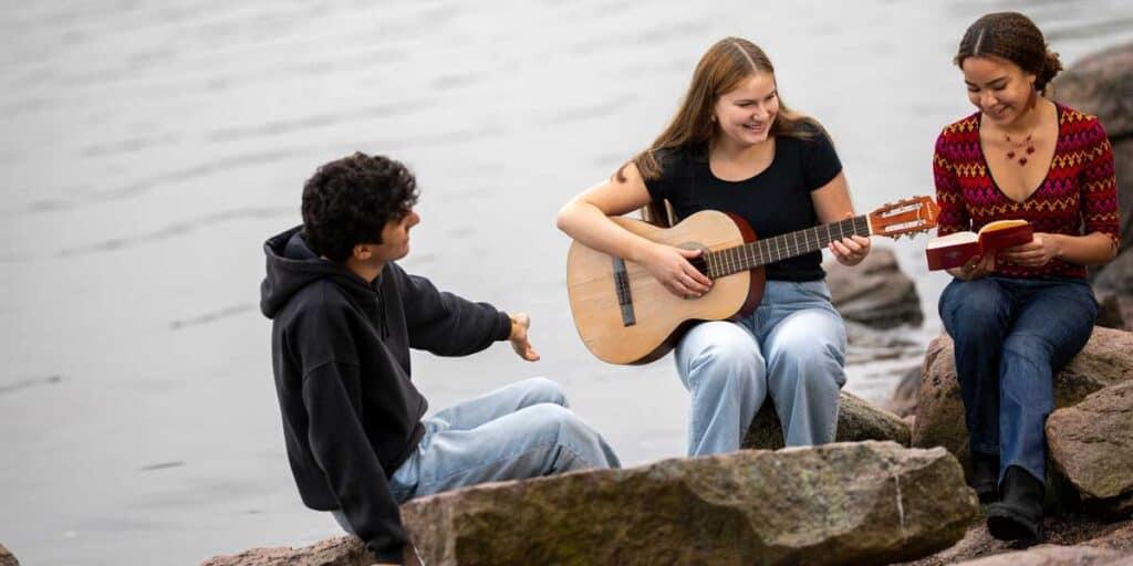 nuoret soittavat musiikkia rannalla