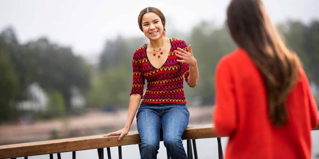 nuori juttelee aikuisen kanssa