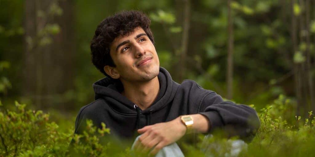 iloinen nuori metsässä