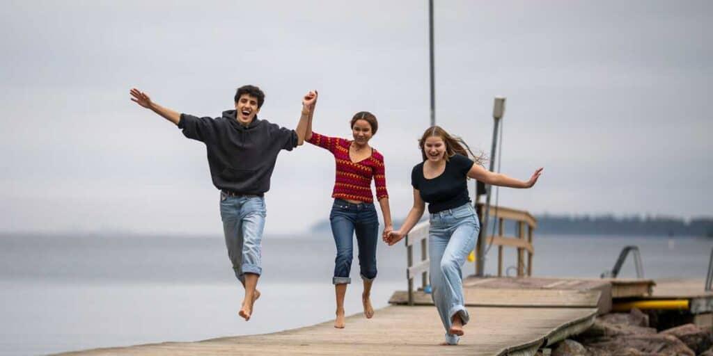Nuoret juoksevat laiturilla iloisesti