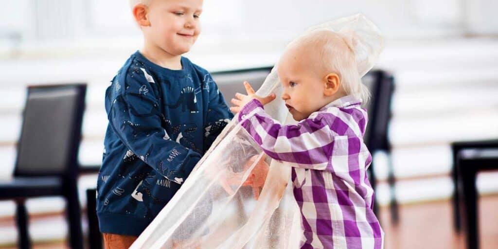 Lapset rakentavat lattiakuvaa