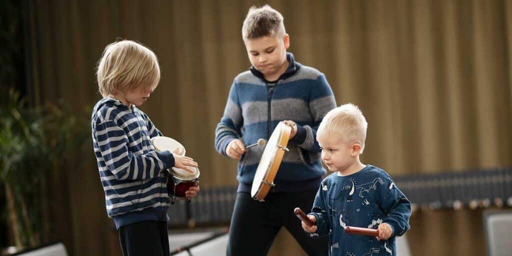 eri ikäisiä lapsia soittimien kanssa