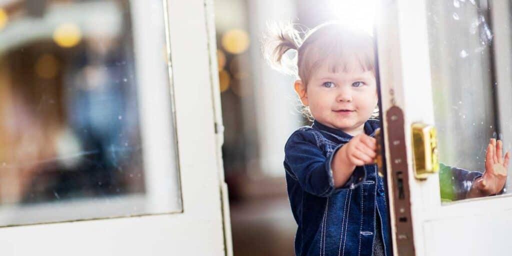 lapsi avaa kirkon oven