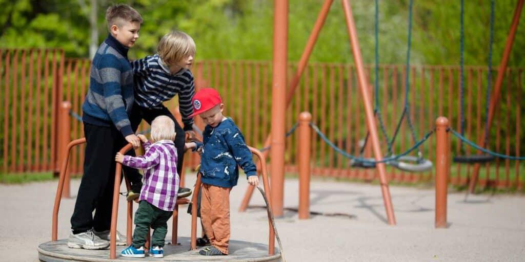 Lapsia leikkimässä leikkipuistossa