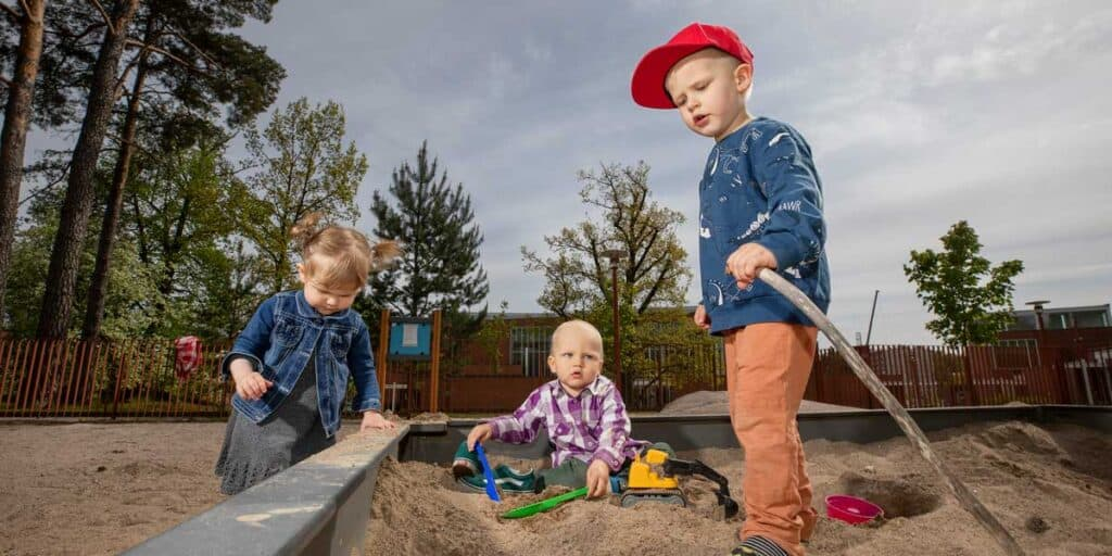 lapset hiekkalaatikolla