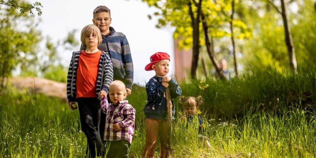iloisia eri-ikäisiä lapsia ja nuoria