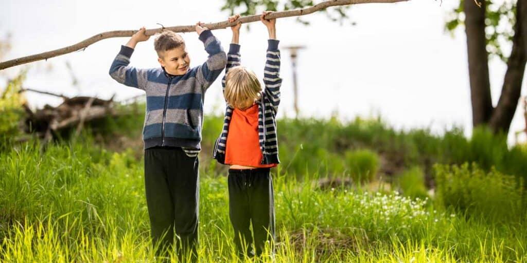 Lapset leikkivät luonnossa