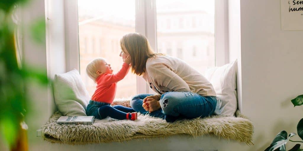 Äiti ja lapsi leikkivät