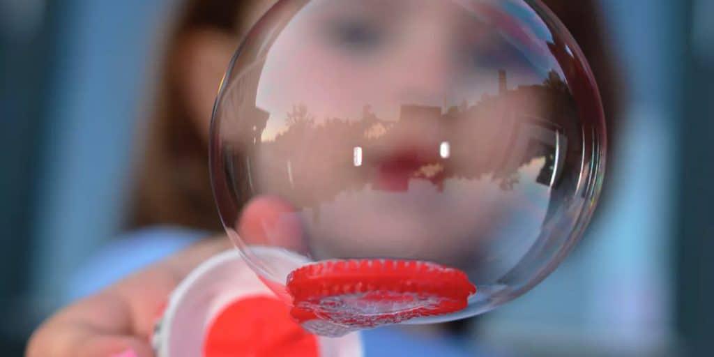 Lapsi leikkii saippuakuplalla