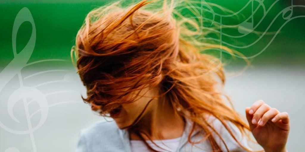 Hymyilevä nainen, kuvan läpi kulkee nuottirivistö ja nuotteja