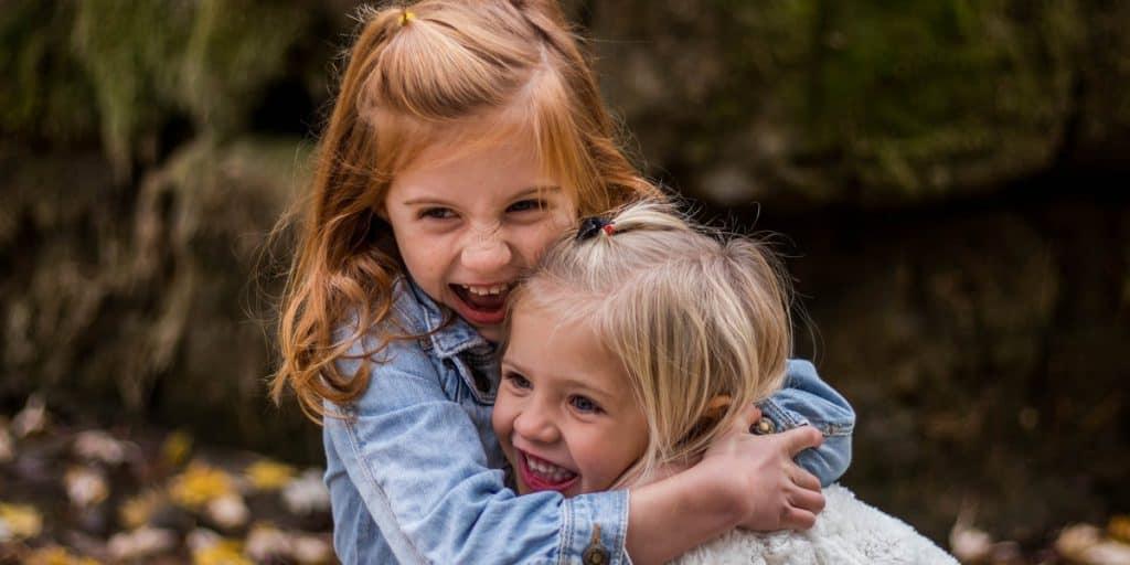 Kaksi tyttöä halaamassa