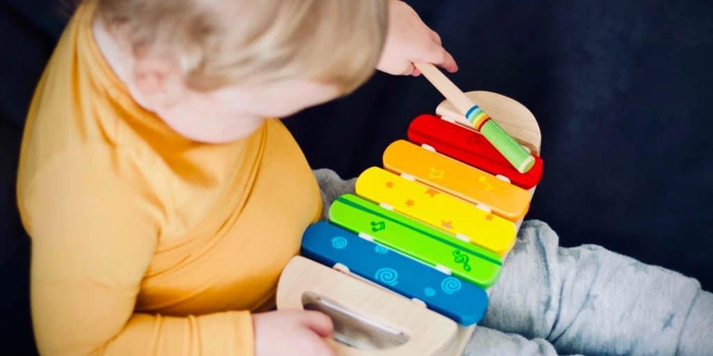 Lapsi soittaa ksylofonia