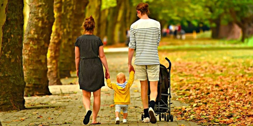 Perhe kävelee kävelytietä.