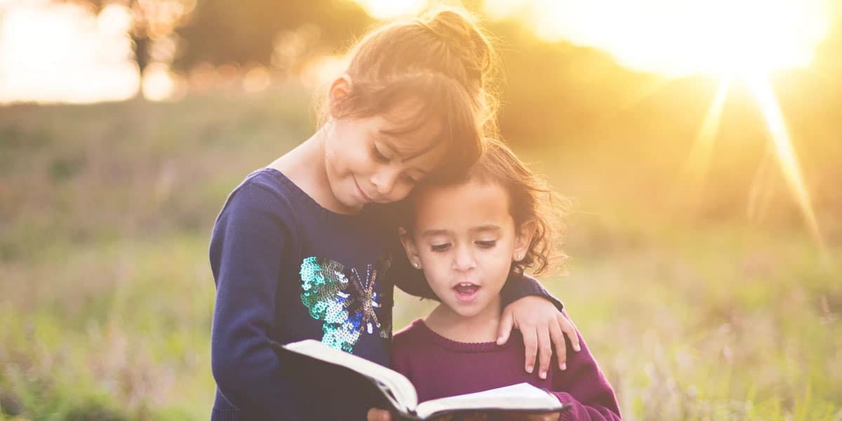 Siskokset tutkivat kirjaa